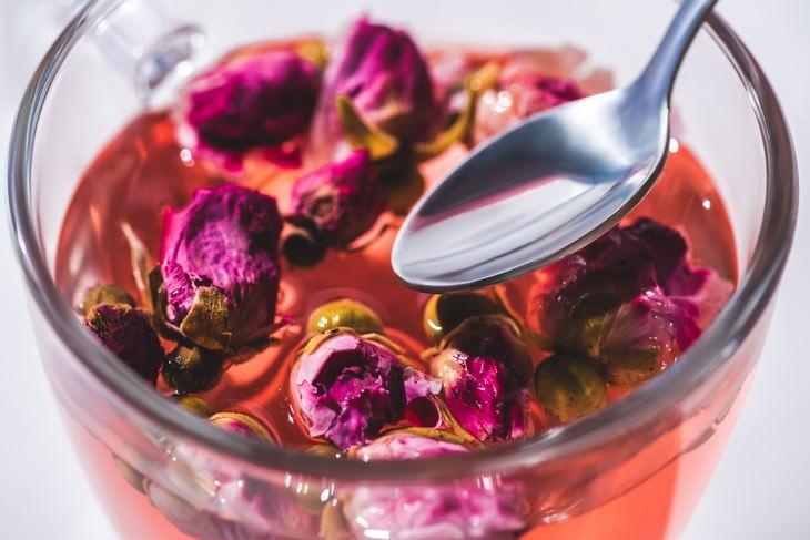 Água de rosas: benefícios saudáveis