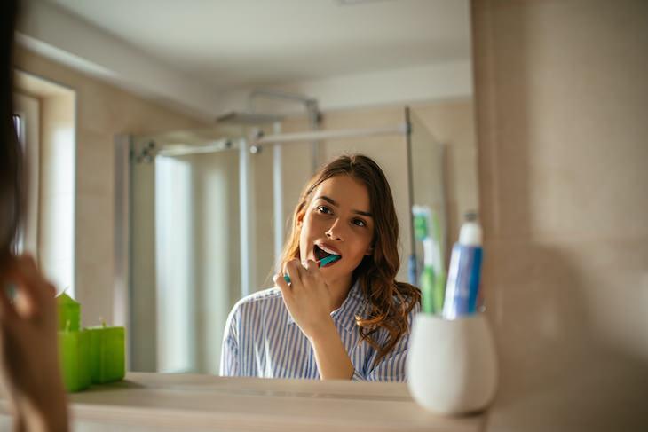 Por que escovar os dentes ANTES do café da manhã é essencial
