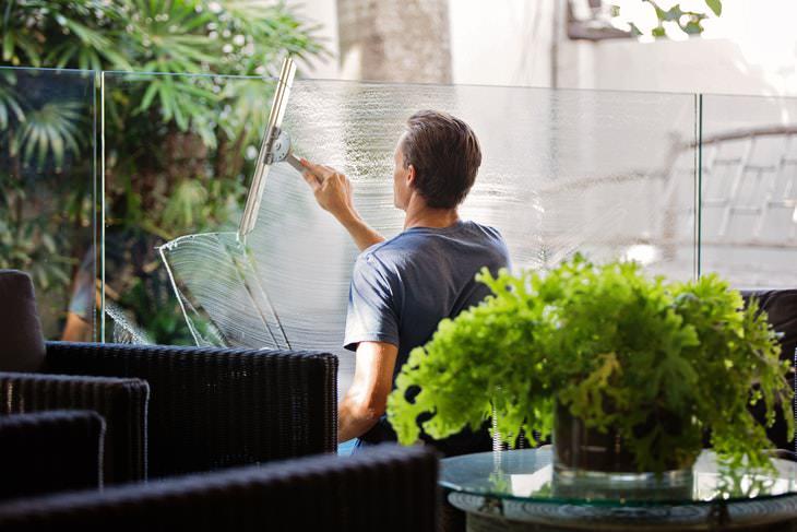 2. Lave as janelas quando está ensolarado