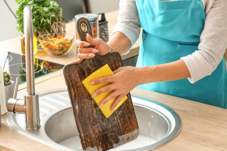 1. Limpar as tábuas de corte com sabão