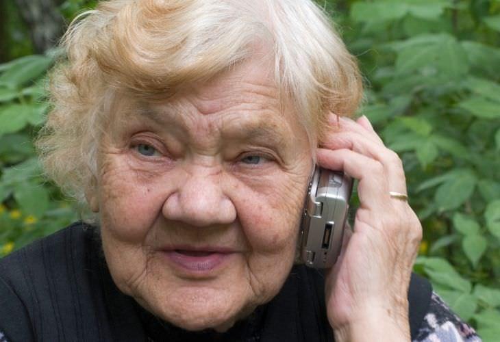 Piada: Uma idosa chamando o hospital
