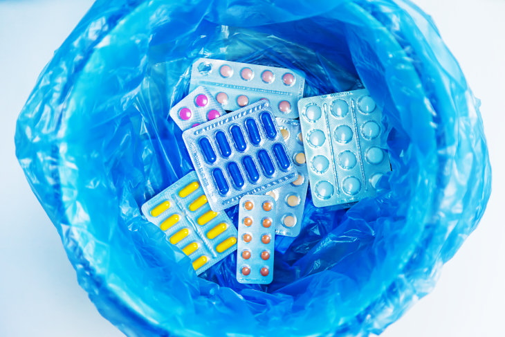 Descarte de pílulas de medicação no lixo