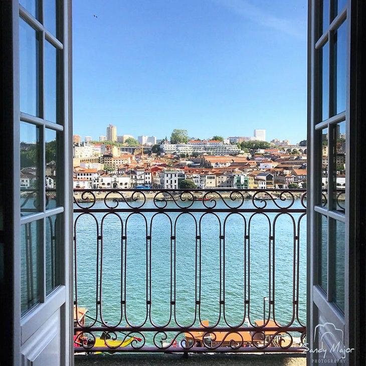 Mundo emoldurado por portas e janelas, Porto, Portugal