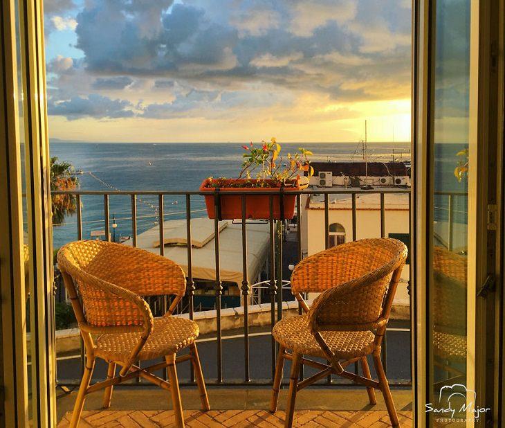 Mundo emoldurado por portas e janelas, Capri, Itália