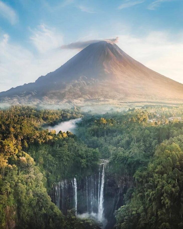 Lugares lindos em nosso planeta A cachoeira Tumpak Sewu e o vulcão Semeru, Java Oriental, Indonésia