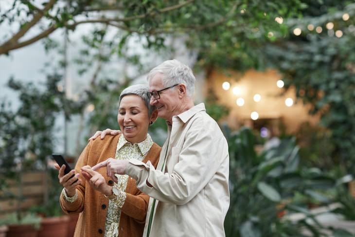 Dor de gás intestinal, remédios caseiros para idosos passando tempo juntos