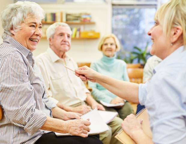 um grupo de idosos conversando