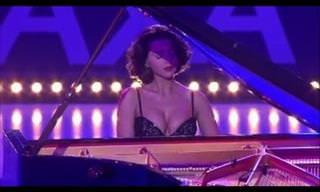 A sensualidade de uma pianista em uma apresentação especial
