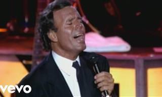 Julio Iglesias encanta a multidão com 'Bamboleo'