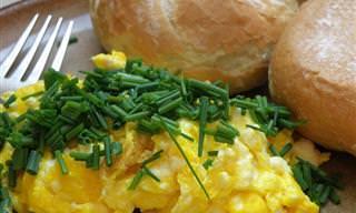 Essas Dicas Vão Deixar Seus Ovos Mexidos Ainda Mais Deliciosos e Cremosos