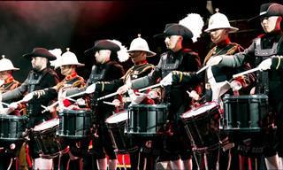 Esta apresentação de tambores vai te hipnotizar!