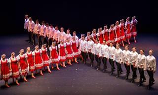 Uma belíssima dança folclórica russa