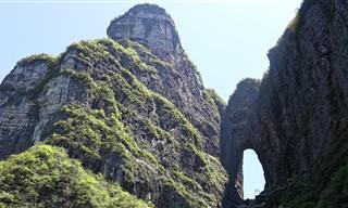 Faça um passeio pela Montanha Tianmen, na China