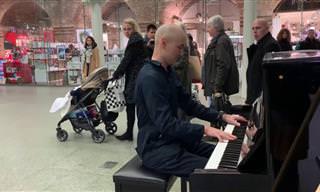 Um Faxineiro Com Talento Especial ao Piano