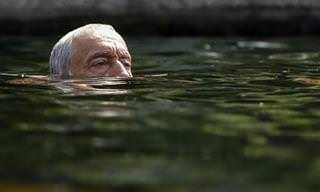 Piada: Dois idosos na piscina do Copa
