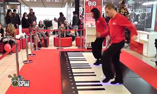 "Humor musical: ""Heart & Soul"" num enorme piano"