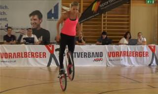 O que essa garota faz com uma bicicleta vai te deixar pasmo!