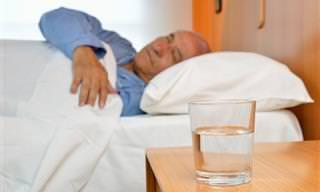 Os Perigos de Beber a Água Que Fica ao Lado da Sua Cama