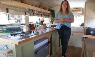 Ônibus escolar convertido em pequena e aconchegante casa