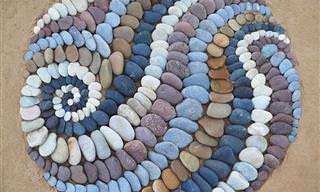 Artista cria arte incrível na praia usando apenas pedras