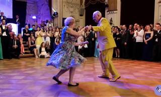 Esse Casal Maduro Sabe Bem Como Dançar!