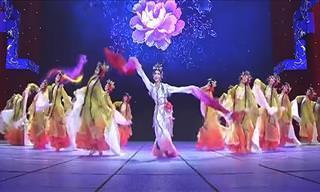 A dança tradicional chinesa é mesmo hipnotizante!