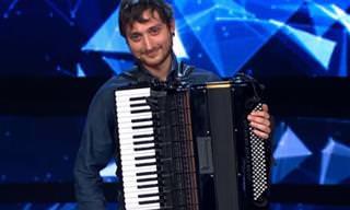 Eu nunca vi alguém tocar acordeon dessa forma!