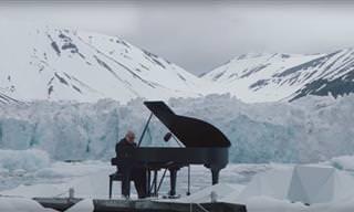 Este pianista toca em uma geleira, por uma bela causa!