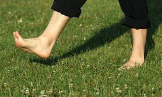 Andar descalço faz muito bem à sua saúde